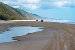 medel 4wd på regnbågen sätter på land med färgade sanddyn, QLD, Australien Royaltyfria Bilder