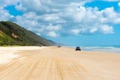 medel 4wd på regnbågen sätter på land med färgade sanddyn, QLD, Australien Arkivfoto