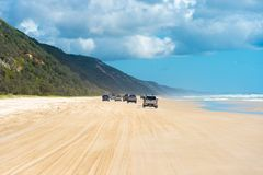 medel 4wd på regnbågen sätter på land med färgade sanddyn, QLD, Australien Royaltyfri Fotografi