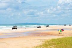 medel 4wd på regnbågen sätter på land med färgade sanddyn, QLD, Australien Royaltyfri Bild