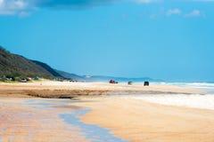 medel 4wd på regnbågen sätter på land med färgade sanddyn, QLD, Australien Royaltyfri Foto