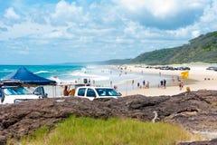 medel 4wd på regnbågen sätter på land med färgade sanddyn, QLD, Australien Fotografering för Bildbyråer