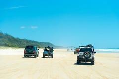 medel 4wd på regnbågen sätter på land med färgade sanddyn, QLD, Australien Arkivbild
