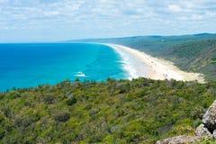 medel 4wd på regnbågen sätter på land med färgade sanddyn, QLD, Australien Arkivbilder