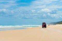 medel 4wd på regnbågen sätter på land med färgade sanddyn, QLD, Australien Royaltyfria Foton