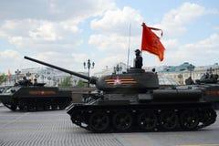 Medelbehållare T-34-85 på repetitionen av ståta som är hängiven till Victory Day Arkivfoto