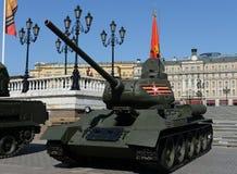 Medelbehållare T-34-85 på repetitionen av ståta som är hängiven till Victory Day Arkivfoton