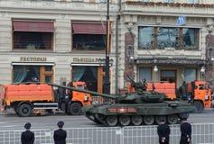 Medelbehållare T-34-85 på repetitionen av ståta som är hängiven till Victory Day Royaltyfria Bilder