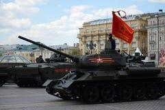 Medelbehållare T-34-85 på repetitionen av ståta som är hängiven till Victory Day Arkivbilder