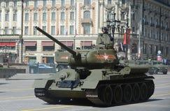 Medelbehållare T-34-85 under repetitionen av ståta som är hängiven till den 70th årsdagen av segern i det stora patriotiska krige Arkivfoton