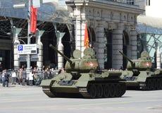 Medelbehållare T-34-85 under repetitionen av ståta som är hängiven till den 70th årsdagen av segern i det stora patriotiska krige Arkivbilder