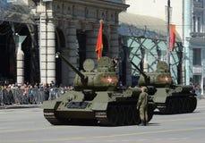 Medelbehållare T-34-85 under repetitionen av ståta som är hängiven till den 70th årsdagen av segern i det stora patriotiska krige Arkivfoto