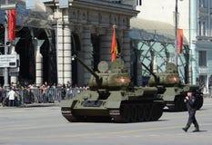 Medelbehållare T-34-85 under repetitionen av ståta som är hängiven till den 70th årsdagen av segern i det stora patriotiska krige Fotografering för Bildbyråer