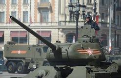 Medelbehållare T-34-85 under repetitionen av ståta som är hängiven till den 70th årsdagen av segern i det stora patriotiska krige Arkivbild