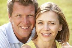 medeldet fria för åldriga täta par upp Royaltyfri Foto