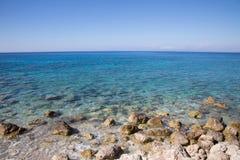 Medelhav i Grekland: Havbakgrund med kusten, vatten Royaltyfria Bilder