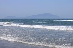 Medelhav med blå sommarvågbakgrund Härlig vattennatur waves för strandcrimea hav Royaltyfri Foto