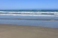 Medelhav med blå sommarvågbakgrund Härlig vattennatur waves för strandcrimea hav Royaltyfria Foton