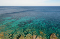 Medelhav nära den korsikanska kusten Arkivbild