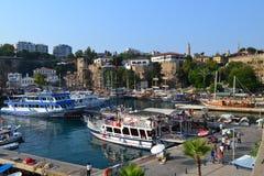 Medelhav och ett skepp i den Antalia fjärden Fotografering för Bildbyråer