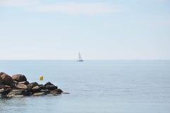 Medelhav på en solig dag Yachter i havet Royaltyfri Fotografi