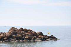 Medelhav på en solig dag Yachter i havet Arkivbild
