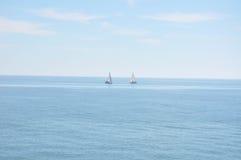 Medelhav på en solig dag Yachter i havet Royaltyfria Bilder