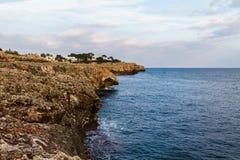 Medelhav stenig kustsidosikt Mallorca Spanien Arkivbilder