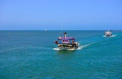 Medelhavfiskebåtar, fiskare som går tillbaka från, sliter Arkivbild