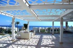 Medelhavs- arkitektur för semesterorttakvardagsrum Arkivfoton