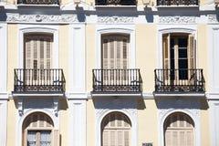 Medelhavs- arkitektur i Spanien. Gammal hyreshus i Madrid. Fotografering för Bildbyråer