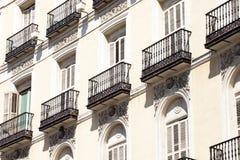 Medelhavs- arkitektur i Spanien. Gammal hyreshus i Madrid. arkivfoton