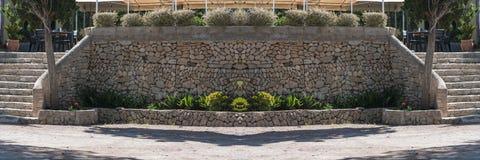 Medelhavs- behållande vägg som göras av naturliga stenar Royaltyfria Foton