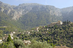 Medelhavs- bergby Royaltyfri Bild