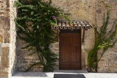 Medelhavs- dörr med växter. arkivfoto
