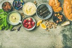 Medelhavs- eller mellersta - östligt uppläggningsfat för mezestartknappfingerfood, kopieringsutrymme royaltyfri foto