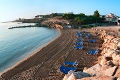Medelhavs- hav och kommunal strand i Protaras, Royaltyfri Foto