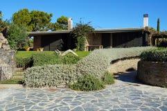 Medelhavs- hus och trädgård i Spanien Royaltyfri Bild