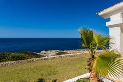 Medelhavs- hus på sjösidan Arkivbilder