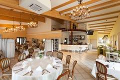 Medelhavs- inre - lyxig restaurang Arkivfoton