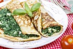Medelhavs- kokkonst: kräppar som är välfyllda med ost och spenat Arkivfoto