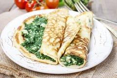 Medelhavs- kokkonst: kräppar som är välfyllda med ost och spenat Arkivfoton