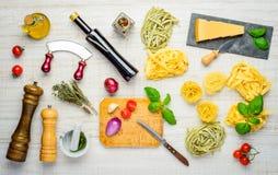 Medelhavs- kokkonst med tagliatelle, parmesan och smaktillsatser arkivfoto