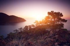 Medelhavs- kust av Turkiet på solnedgången Arkivfoto