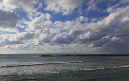 Medelhavs- kust för vågbrytare, Haifa, Israel Royaltyfria Bilder