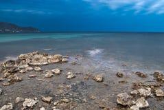 medelhavs- kustaftonexponering long Royaltyfria Bilder