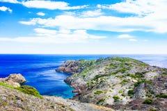 Medelhavs- kustlinje, klippor och fjärd, Lock de Creus - udde i Cadaques, Girona, Costa Brava, Catalonia, Spanien Royaltyfria Foton