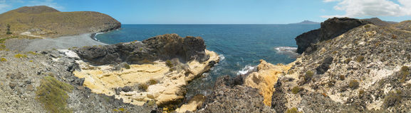 Medelhavs- kustlinje- och strandpanoramautsikt i Almeria Spa Arkivbilder