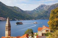 Medelhavs- landskap för härlig höst Montenegro fjärd av Kotor, Perast stad Lopp- och turismbegrepp arkivfoton