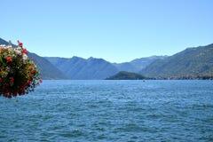 Medelhavs- landskap i Italien, sjön Lecco och steniga berg Arkivbilder